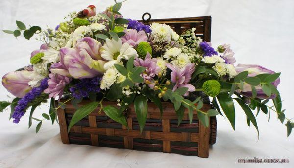 Букеты цветов в сундучке и корзине